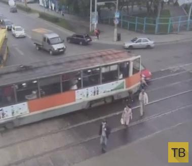 Первый рабочий день... 27-летняя девушка, за рулем трамвая, при движении задним ходом наехала на пешеходов. ДТП на перекрестке Попова-Пушкина, г. Пермь