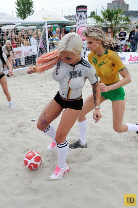 Девушки из Германии сыграли в футбол топлес (21 фото)
