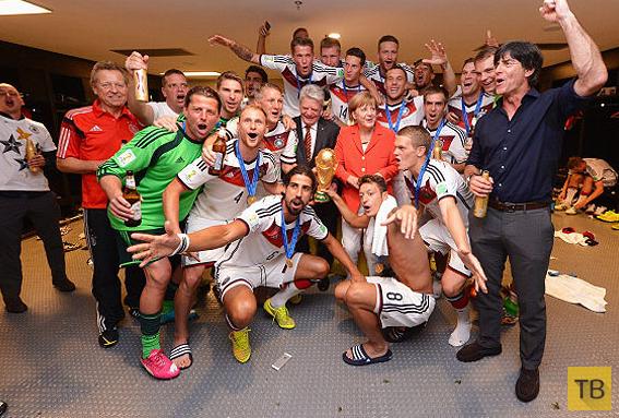 Ангела Меркель со сборной Германии по футболу (9 фото)