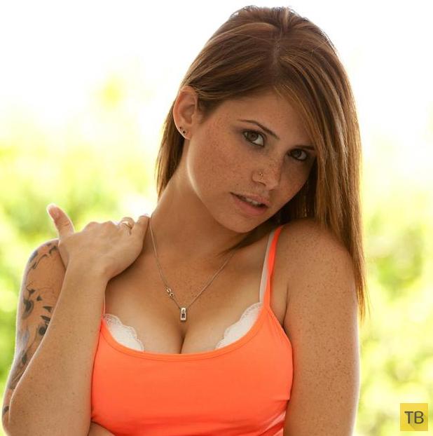 Милая девушка с красивой натуральной грудью (16 фото)