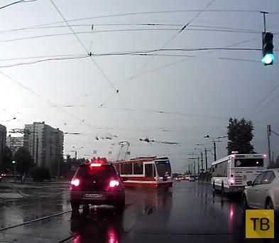 Столкновение грузовика с трамваем на красный свет... ДТП на пересечении улиц Наличная-Уральская, г. Санкт-Петербург