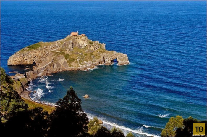 Очаровательный остров Гастелугаче в Бискайском заливе (12 фото)