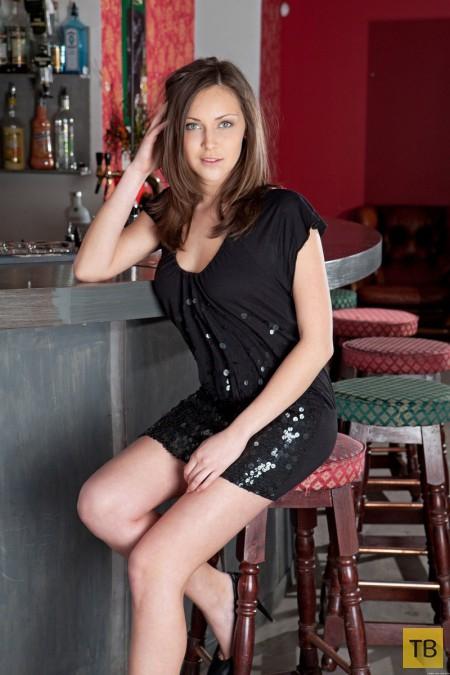 Красотка у барной стойки (14 фото)