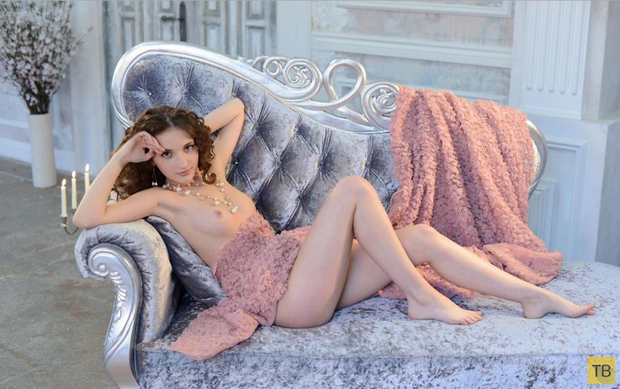 Миниатюрная красавица с маленькой грудью (13 фото)