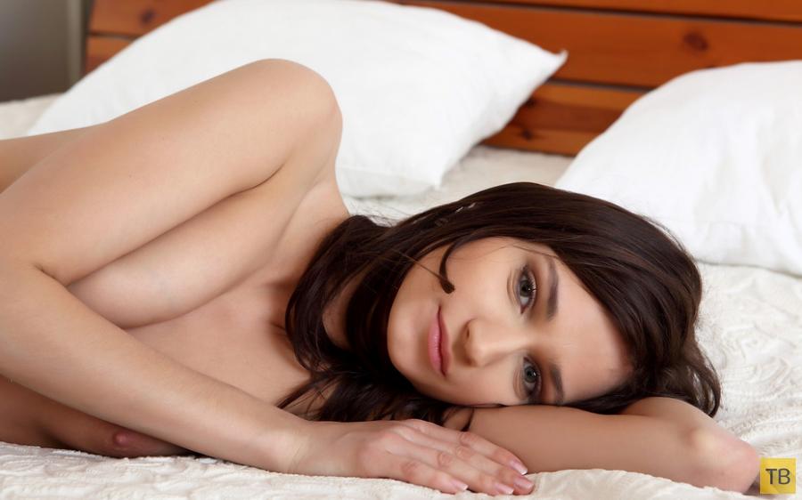 Худенькая брюнетка на белоснежной постели (13 фото)