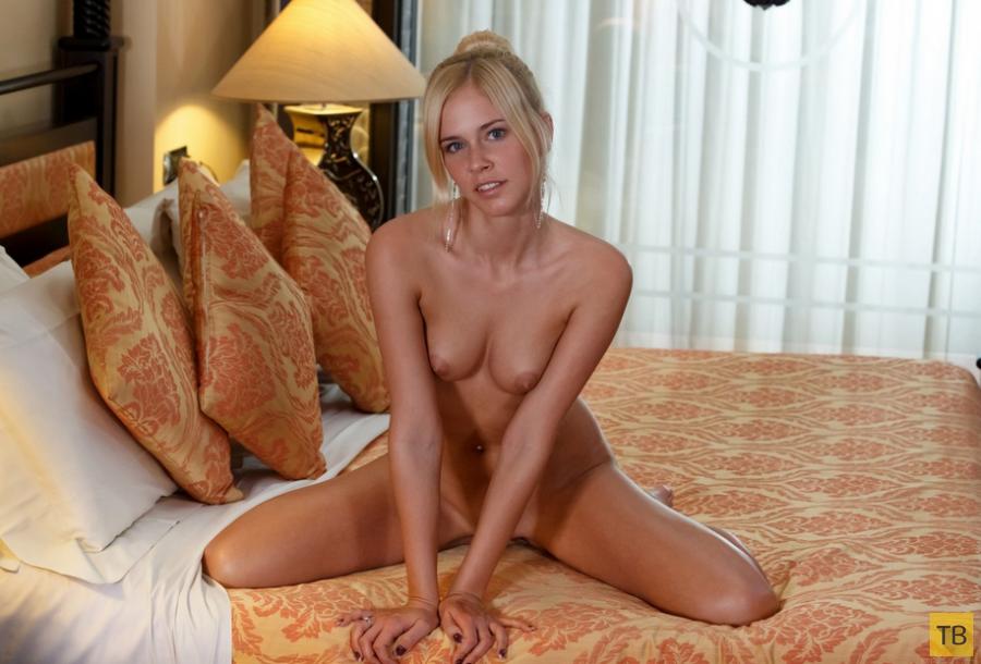 Миленькая блондинка с красивой фигурой (13 фото)