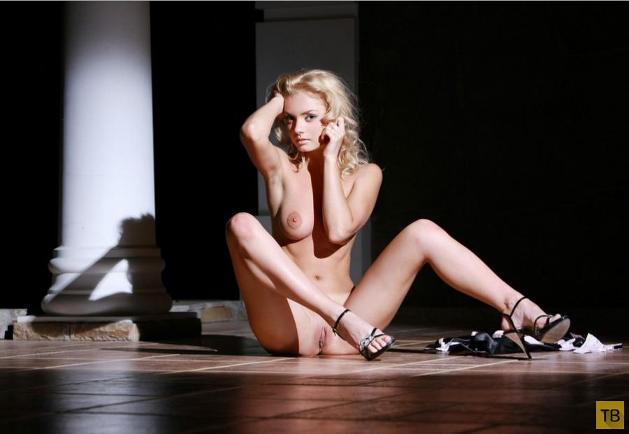 Миленькая блондинка с красивой грудью (14 фото)