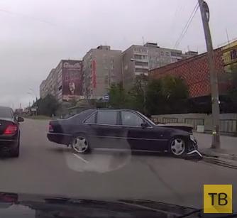 """Водитель """"Мерседеса"""" влетел на повороте в столб... ДТП в г. Мурманск"""