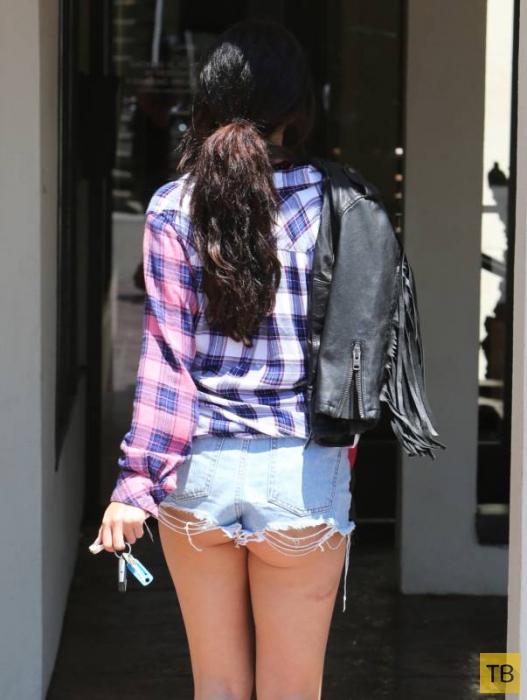 Селена Гомес в коротеньких шортиках (9 фото)