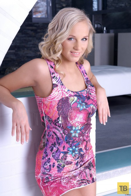 Блондинка с соблазнительным телом (15 фото)