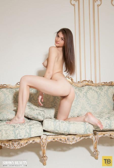 Длинноногая красавица в дорогих апартаментах (18 фото)
