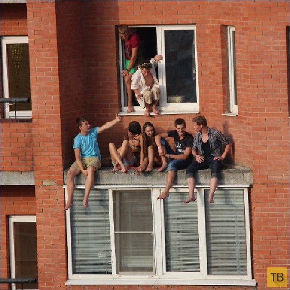 "Молодежь решила проветриться на ""балконе"" (4 фото)"