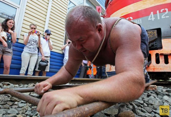Спортсмен Иван Савкин сдвинул с места электропоезд весом 120 тонн (14 фото)