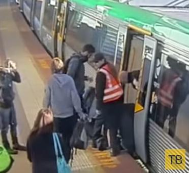Десятки людей наклонили вагон метро, чтобы помочь этому бедолаге