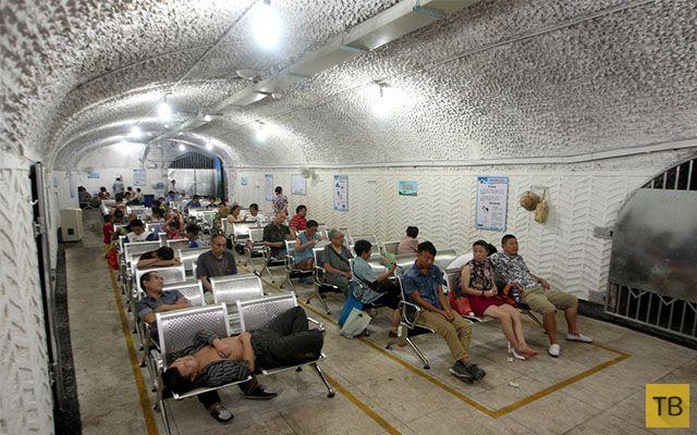Китайцы спасаются от жары в бомбоубежище (10 фото)