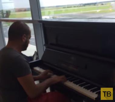 Парень сел за пианино в аэропорту и просто начал играть...