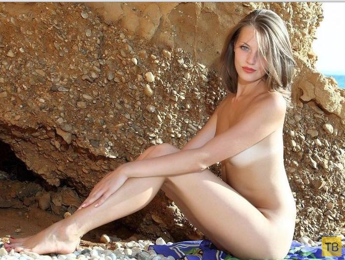 Красивая девушка на берегу моря (22 фото)
