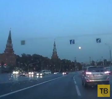 """""""Гонщика"""" занесло по мокрому асфальту... ДТП недалеко от Кремля, г. Москва"""