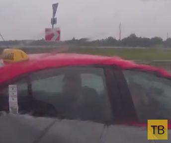 Такси закрутило по мокрой дороге и выбросило на встречку...
