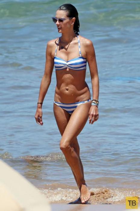 «Ангел» Victoria's Secret на пляже оценила свой вид сзади (19 фото)
