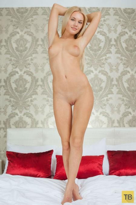 Длинноволосая блондинка с красивой фигурой (21 фото)