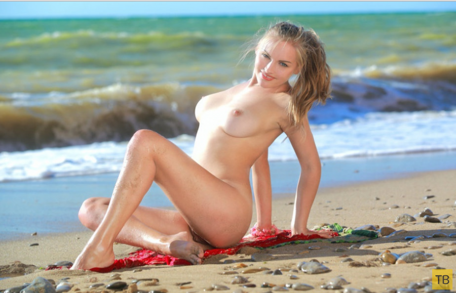 Сисястая блондинка на берегу океана (16  фото)