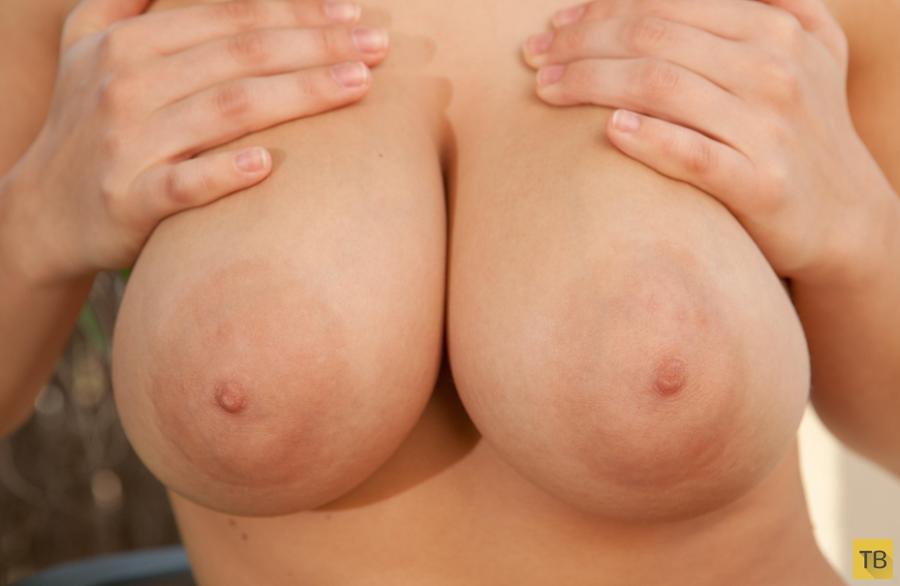 Девушка с огромной натуральной грудью (22 фото)