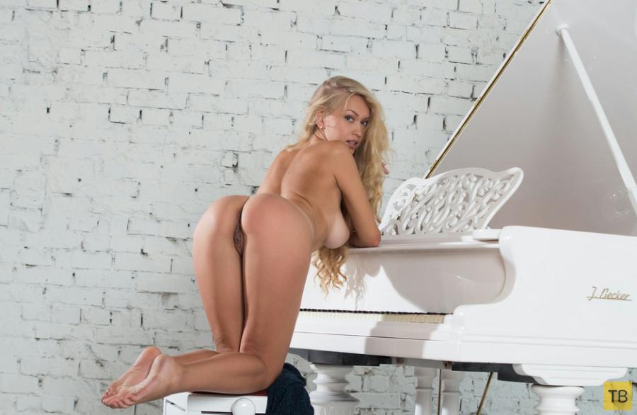 Откровенная блондинка у рояля (17 фото)