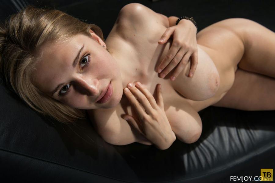 Красотка с большой натуральной грудью (13 фото)