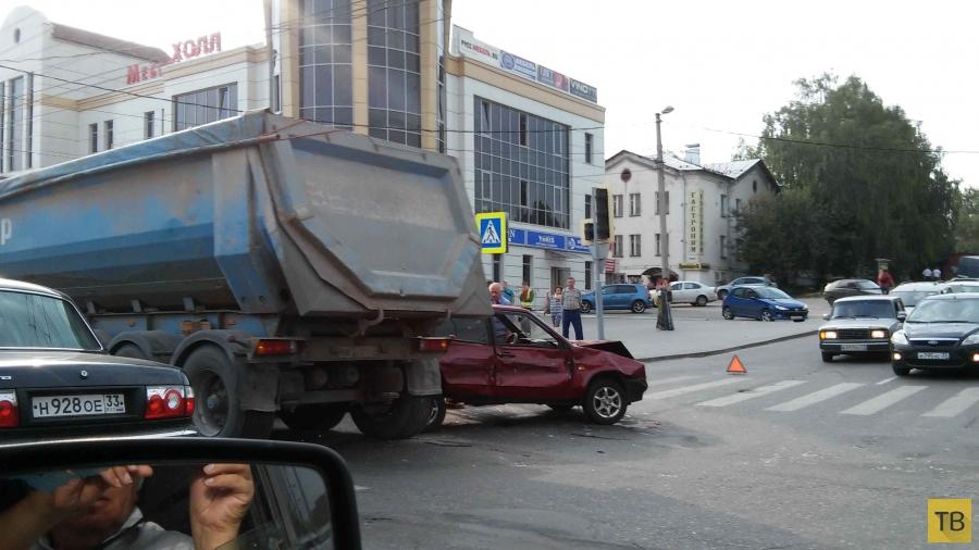 У фуры отказали тормоза... ДТП на пересечении улиц Б.Нижегородской и Погодина, г. Владимир