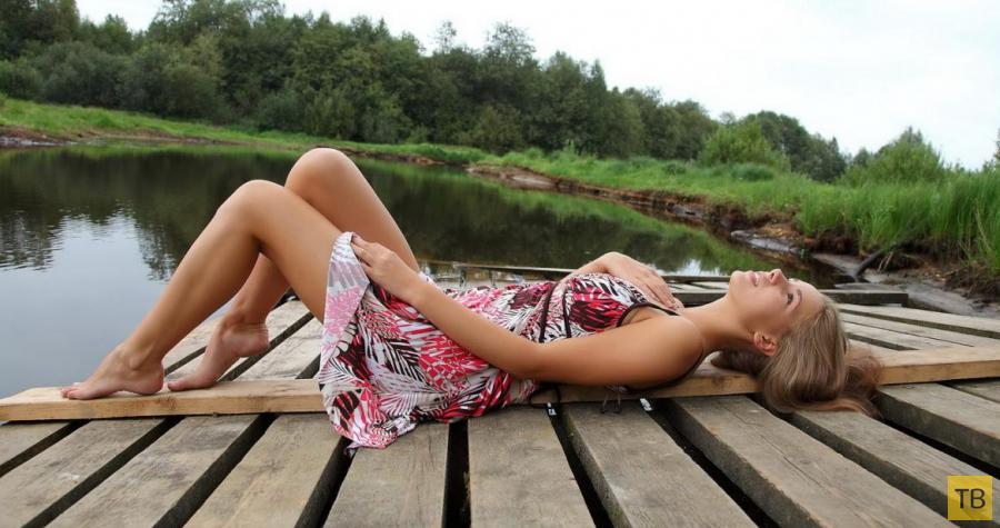 Деревенская красотка на речке (12 фото)