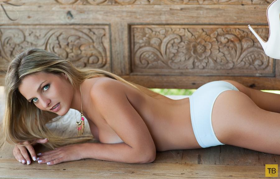 Стеснительная блондинка (13 фото)