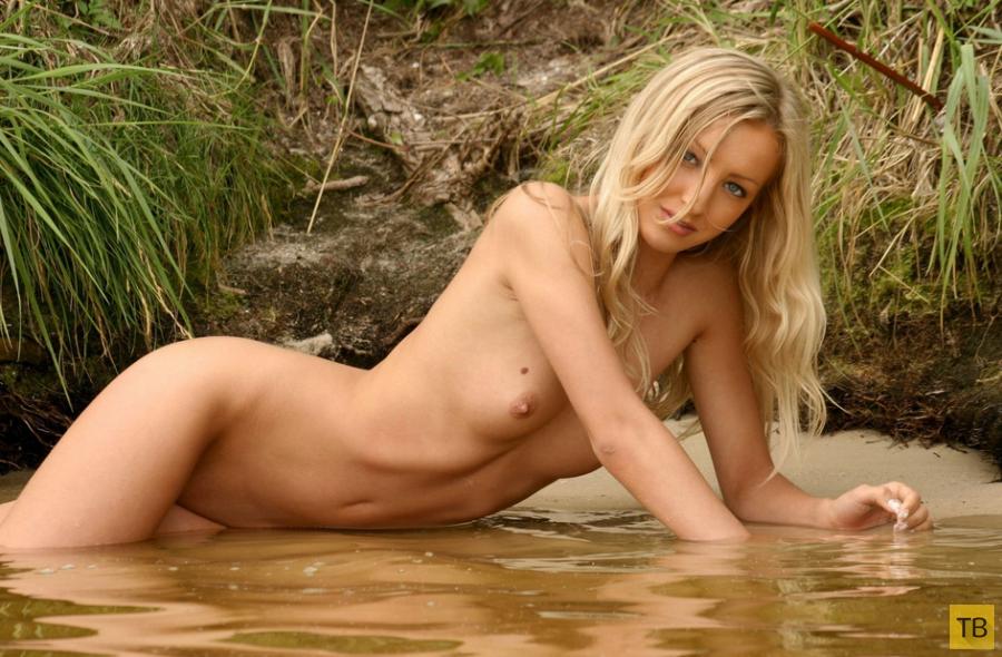 Красивая девушка на речке (20 фото)