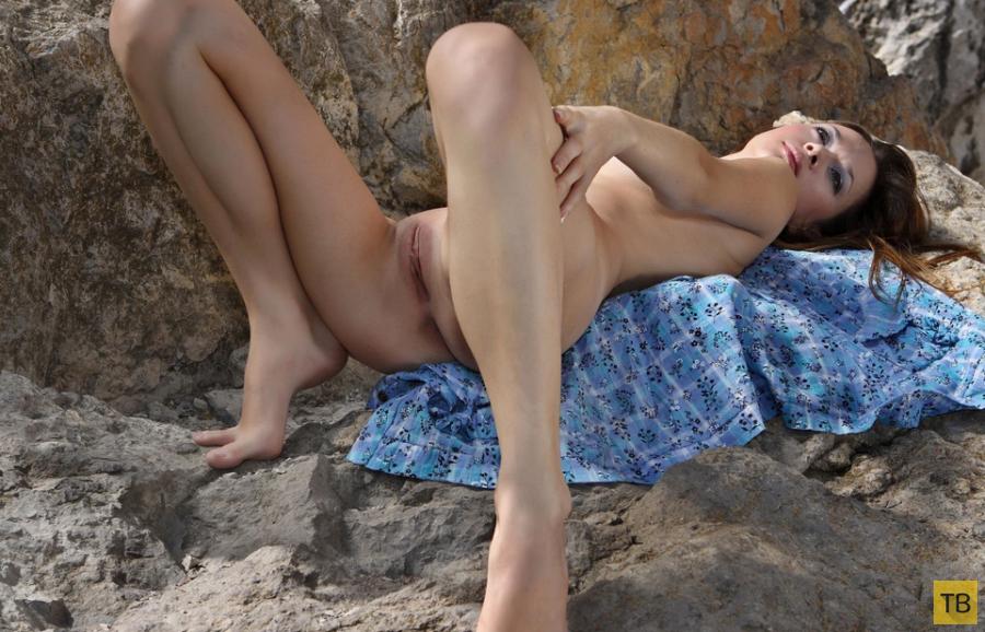 Миленькая брюнетка на скалах (21 фото)