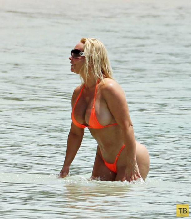 """""""Коко"""" Остин в откровенном бикини на пляже (21 фото)"""