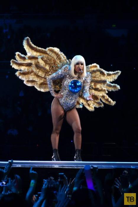 Леди Гага еле помещается в сценические костюмы (7 фото)