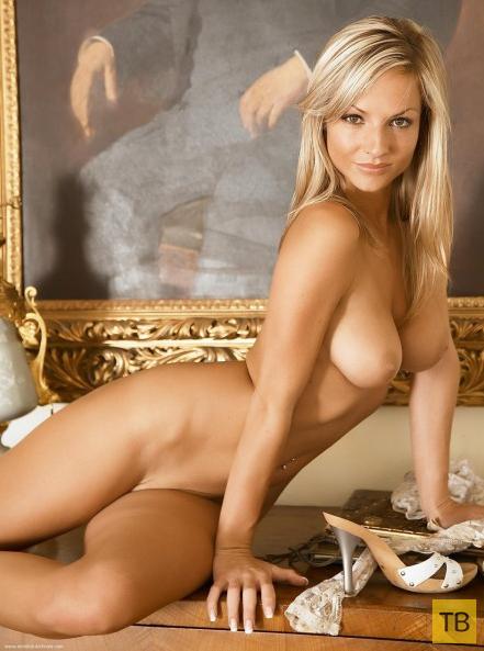 Блондинка с красивой грудью (14 фото)