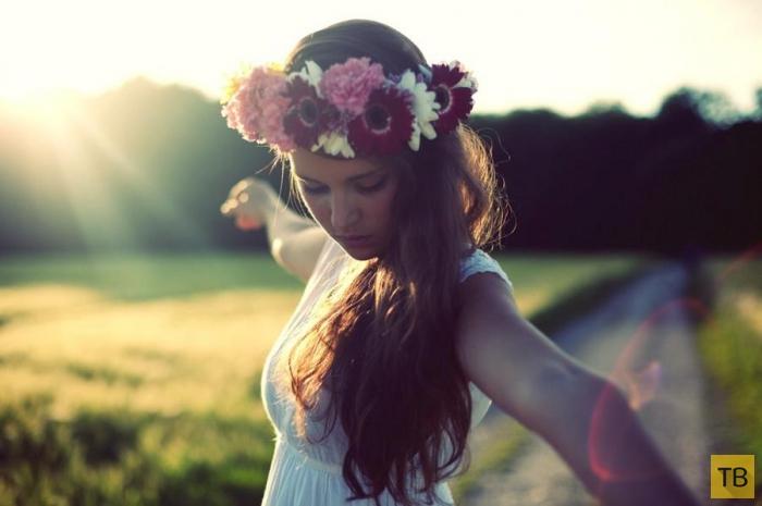 Девушки с цветочными венками (24 фото)