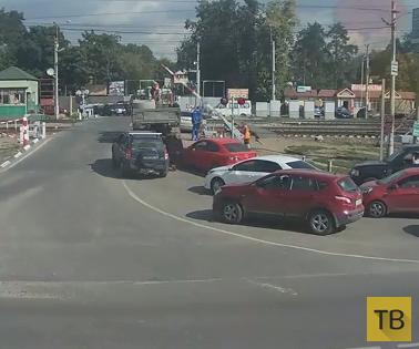КАМАЗ столкнул автомобиль на рельсы и он застрял... ДТП на железнодорожном переезде, пос. Быково, Московская область