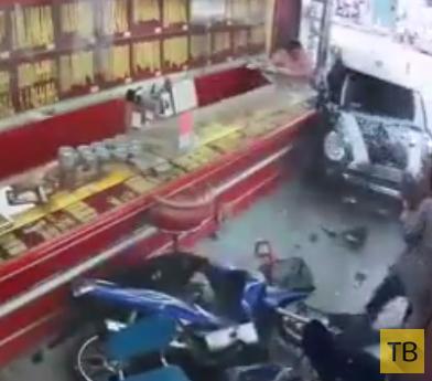 Водитель автомобиля внезапно потерял сознание и въехал в магазин... ДТП в Китае
