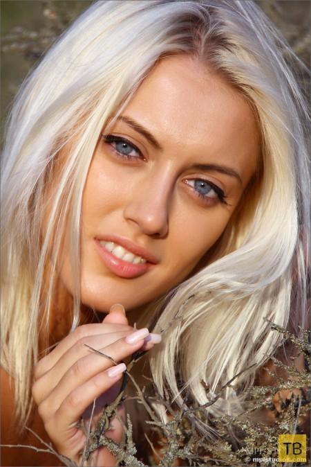 Красивая блондинка на природе (13 фото)