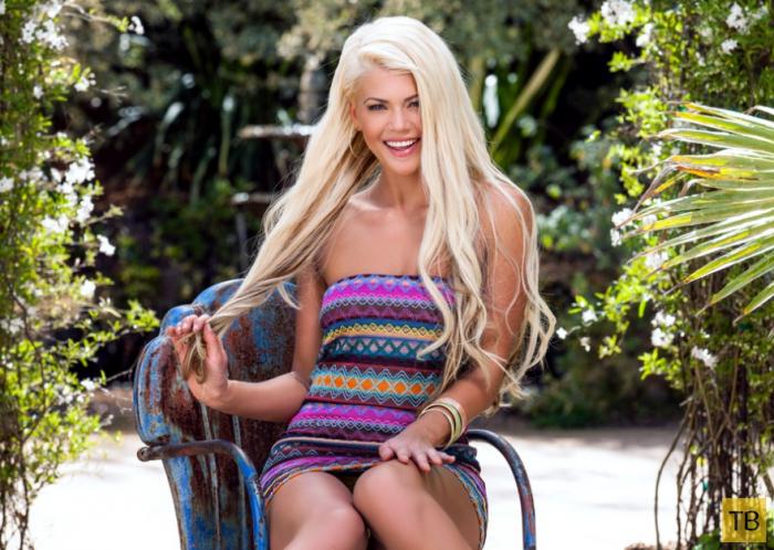 Блондинка с супер фигурой среди пальм (13 фото)