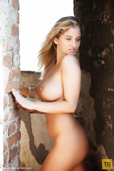 Блондинка с огромной натуральной грудью (17 фото)