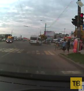"""Маршрутка выехала на красный свет и столкнулась с """"ВАЗ"""" и """"Hyundai""""... ДТП на пересечении ул. Можайского и бульвара Гусева, г. Тверь"""
