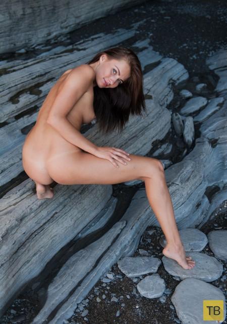 Стройная красотка на камнях (17 фото)
