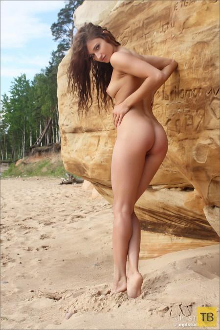 Милая стройняшка на морском песочке (12 фото)