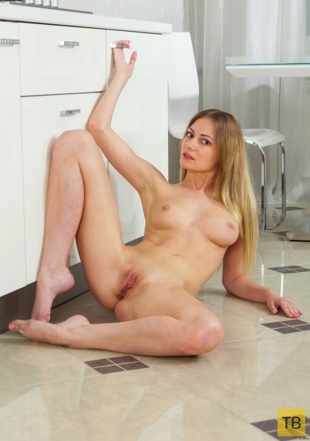 Симпатичная блондинка на кухне (15 фото)