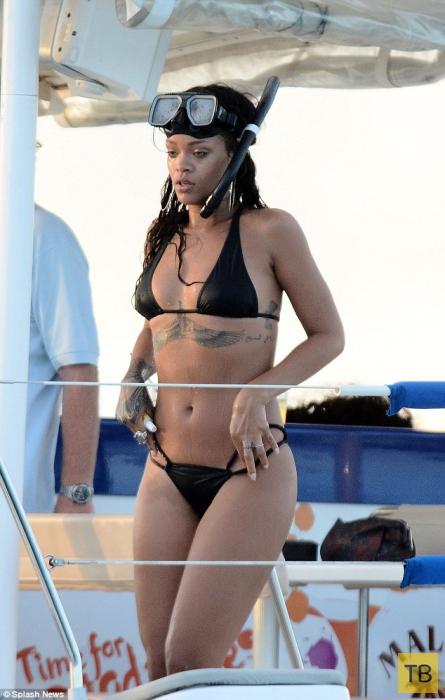 Рианна отдыхает на Барбадосе (16 фото)