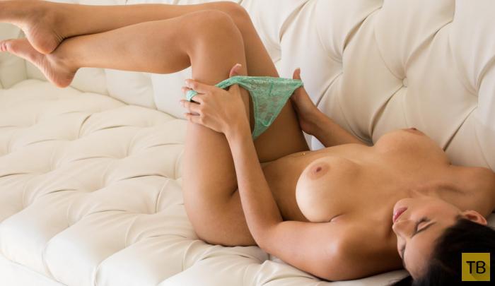 Брюнеточка с красивой грудью (17 фото)