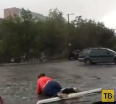 Ураган обрушил стекло на женщину... г. Днепропетровск